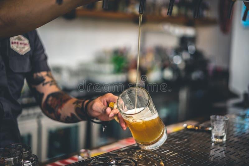 Podsadzkowy szkło z złotym piwem obraz royalty free
