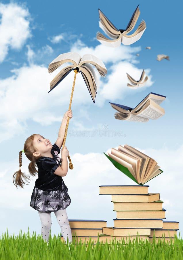 Podstawowej edukaci kreatywnie pojęcie, dziecko dziewczyna z latającym b obrazy royalty free