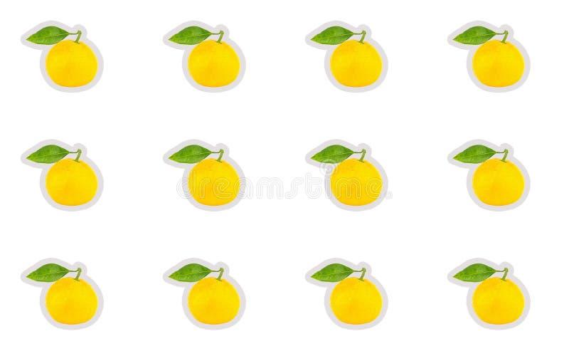 Podstawowej projekta majcheru ikony żółta dojrzała mandarynka z zielonym liściem na białym odosobnionym tle obraz stock