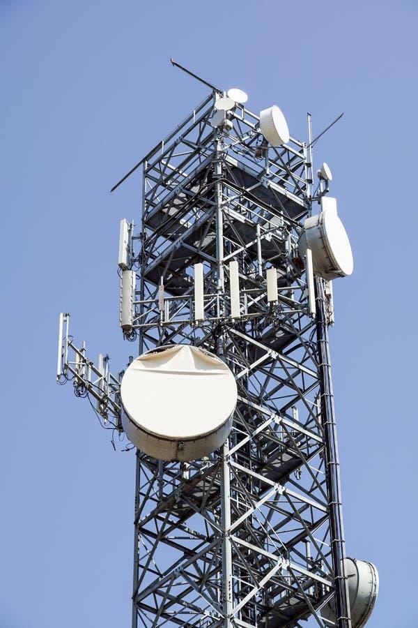 podstawowy błękitny telefon komórkowy nieba staci telekomunikacj wierza antena telefonu komórkowego stacja bazowa zdjęcie royalty free