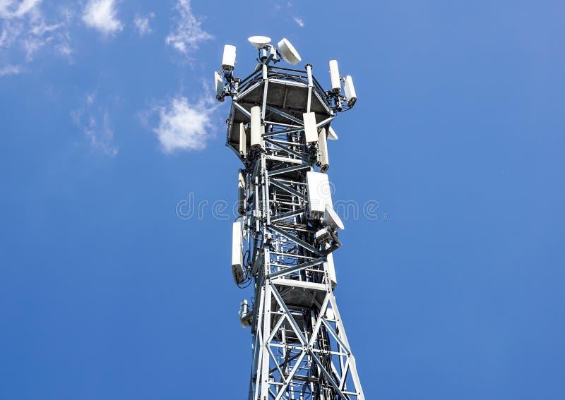 podstawowy błękitny telefon komórkowy nieba staci telekomunikacj wierza antena telefonu komórkowego stacja bazowa zdjęcia royalty free