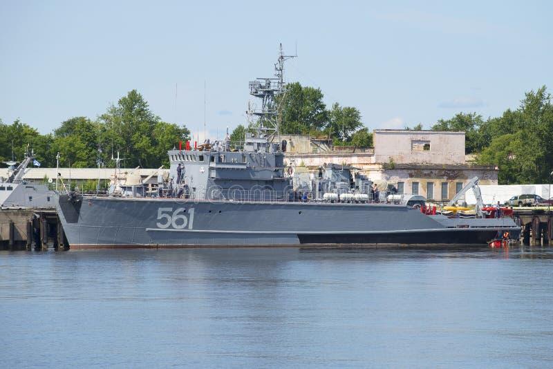 Podstawowy trałowiec BT-115 na podstawie marynarki wojennej w Kronstadt fotografia royalty free