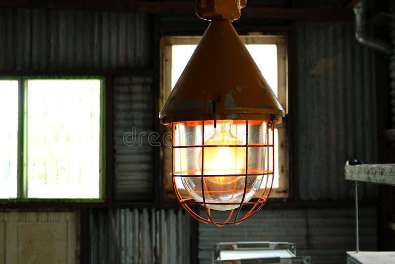 Podsufitowe lampy w fabryce obrazy stock