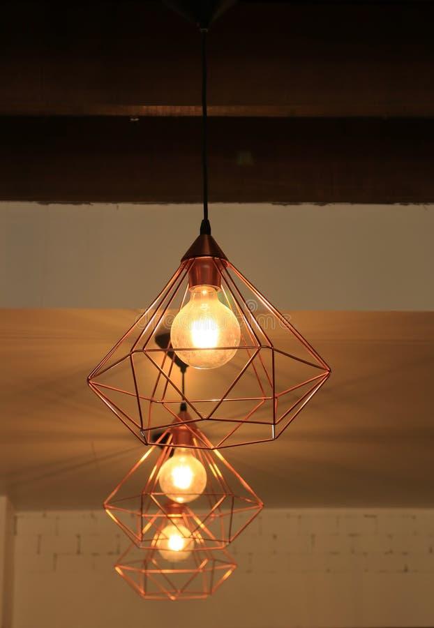 Podsufitowe lampy w sklep z kawą fotografia stock