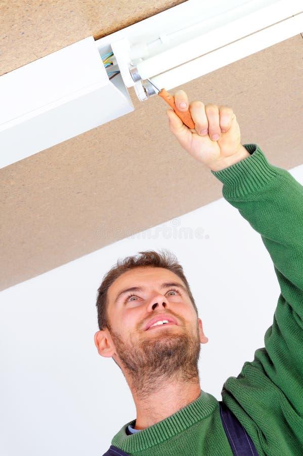 podsufitowy elektryka naprawiania światło obraz royalty free