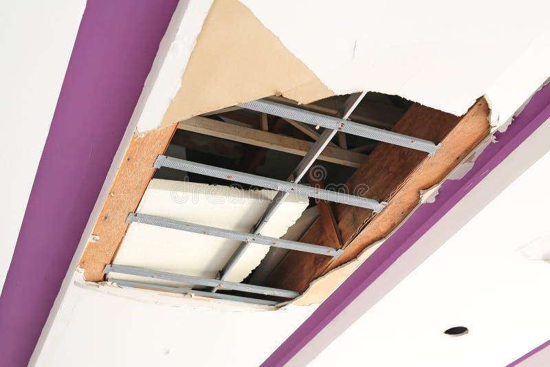Podsufitowych panel dom uszkadzający od deszczówka przecieku zdjęcia stock