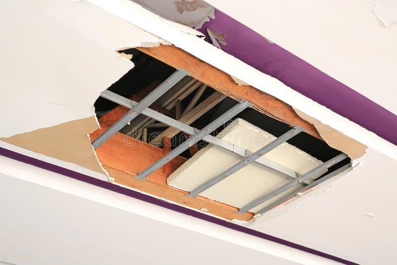 Podsufitowych panel dom uszkadzający od deszczówka przecieku obraz stock