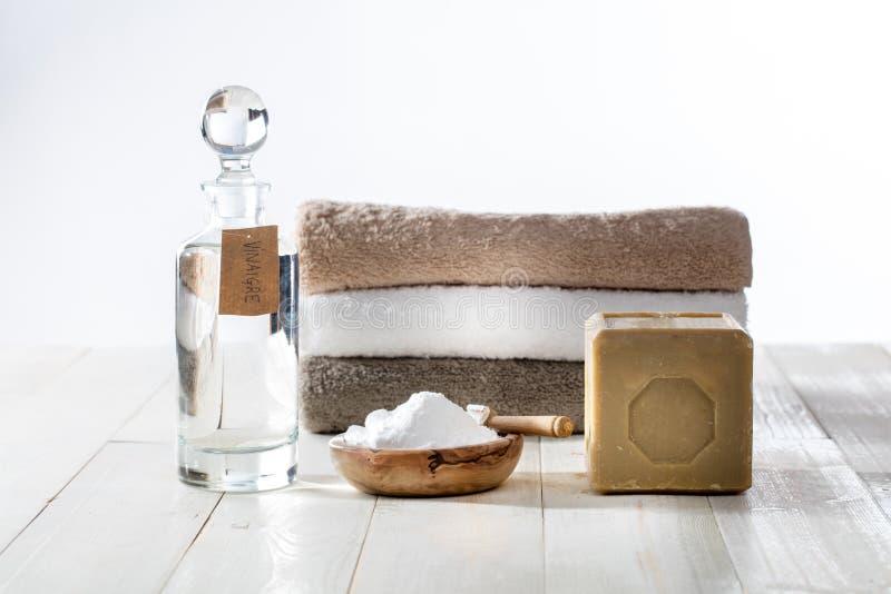 Podtrzymywalna cleaning pralnia z modnymi domowej roboty detergentami na drewnianym tle zdjęcie stock