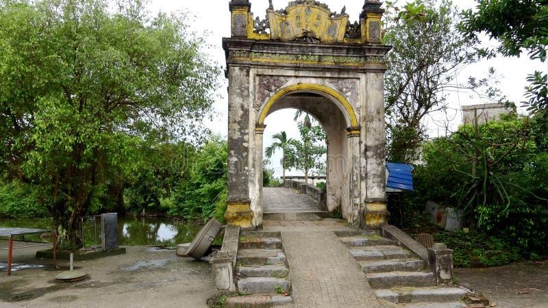 Podtrzymywalna wioski brama Z czasem zdjęcie stock