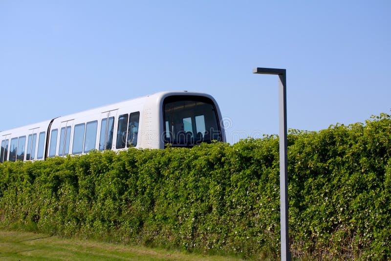 Podtrzymywalny driverless nowożytny światło poręcza metra pociąg na torze szynowym w Europa obraz royalty free