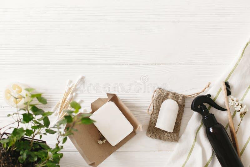 Podtrzymywalny stylu życia pojęcie, mieszkanie nieatutowy naturalny eco bambus tokuje zdjęcie stock