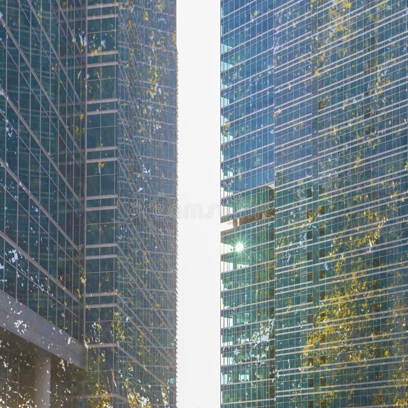 Podtrzymywalny, zielony energetyczny miasto, zakrywający w lesie z kopią, obraz stock