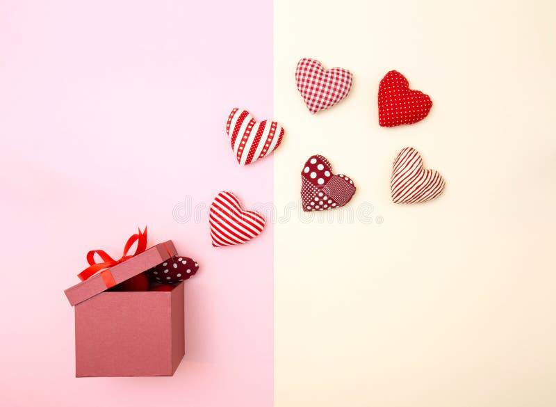Poduszek balonowi serca unosi się z prezenta pudełka obrazy royalty free