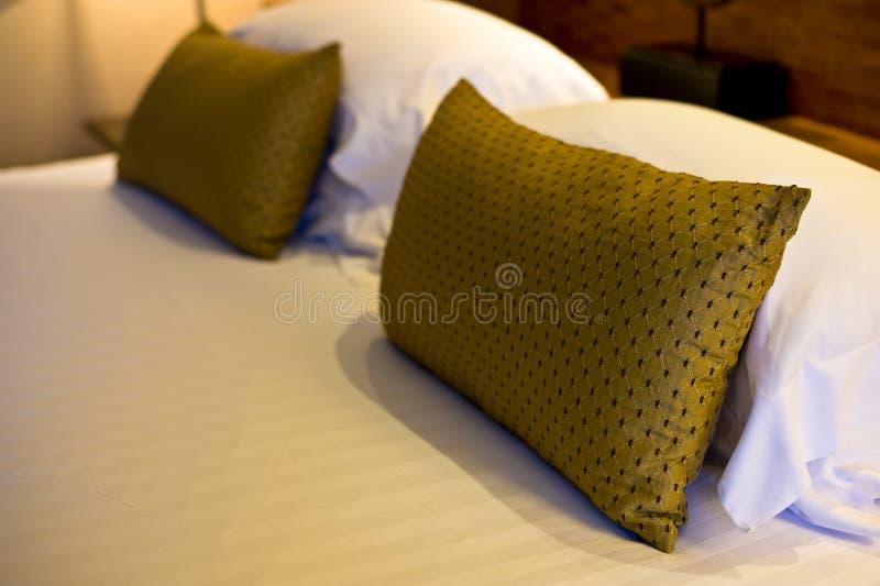 poduszka na łóżkowym pokoju w hotelu więc relaksuje i pociesza obrazy stock