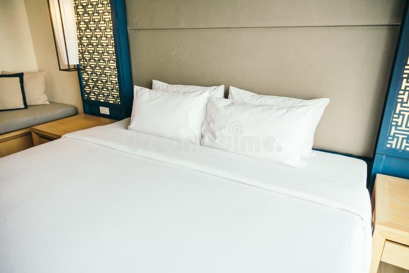 Poduszka na łóżku zdjęcia royalty free
