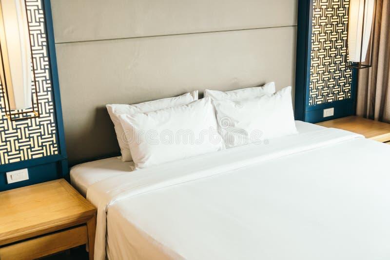 Poduszka na łóżku obraz stock