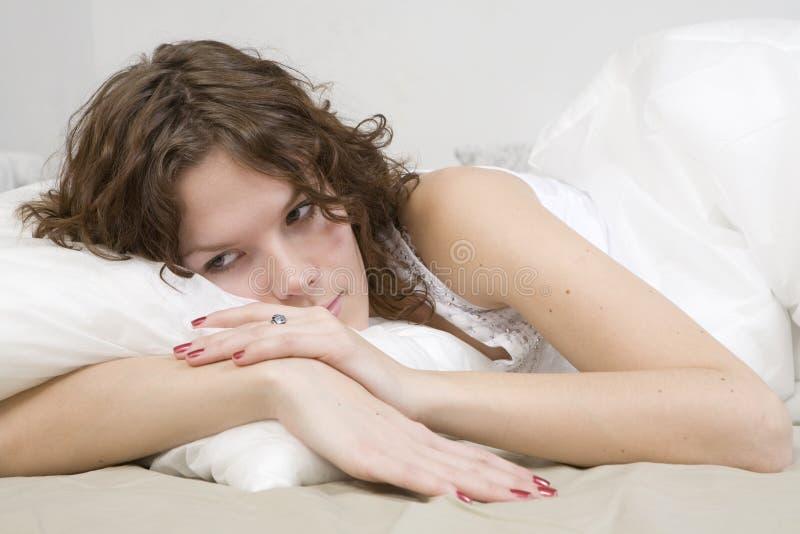 poduszki łóżkowa skarbikowana kobieta zdjęcia royalty free