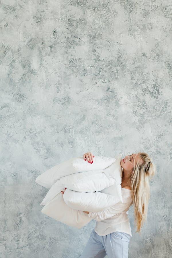 Poduszki blondynki kobiety kopii wygoda satysfakcjonująca przestrzeń obraz stock