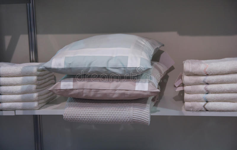 Poduszki i ręczniki na półkach obraz royalty free