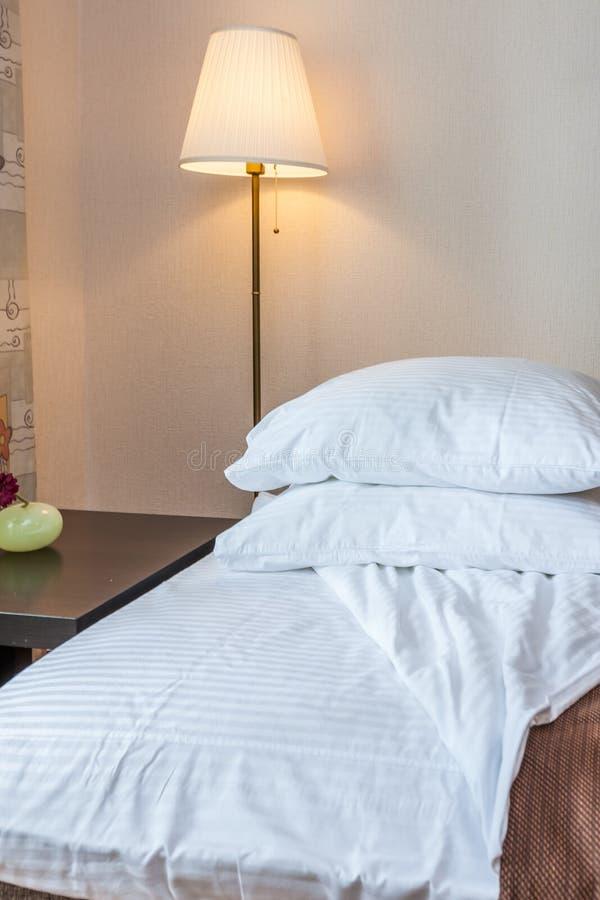 Poduszki na łóżku obraz stock
