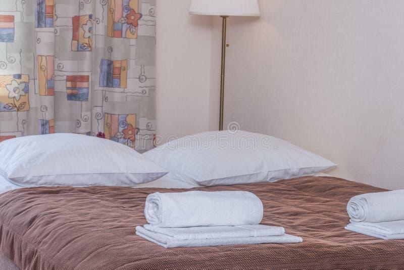 Poduszki na łóżku zdjęcia stock