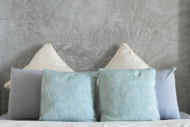 Poduszki na łóżku w sypialni zdjęcia stock