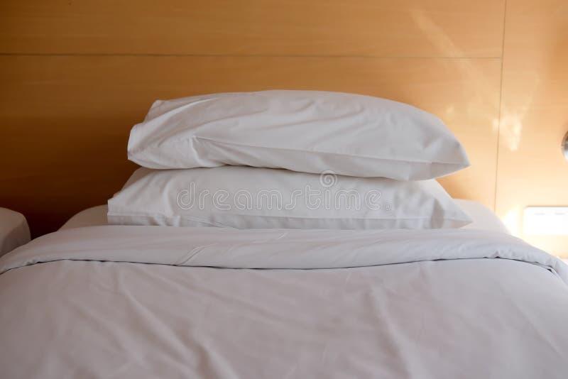 Poduszki na prostym białym łóżku zdjęcie stock
