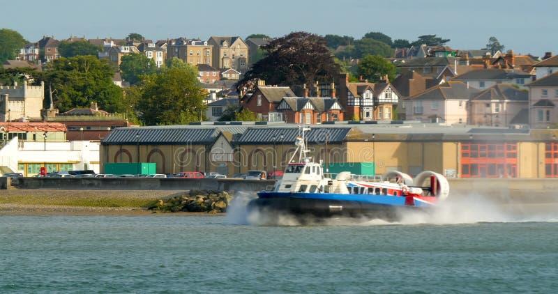 Poduszkowiec łódź opuszcza plażę w Ryde, wyspa Wight zdjęcie stock