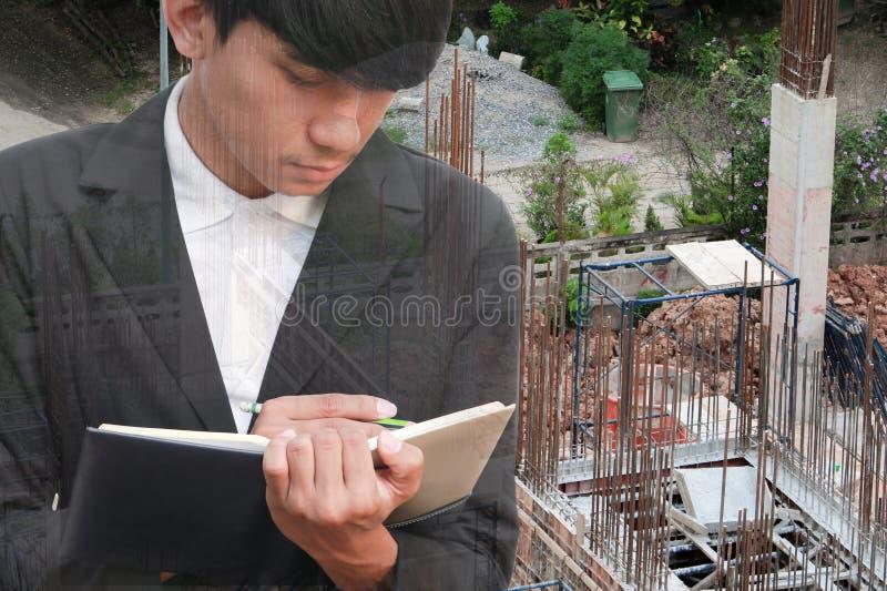 podwójny narażenia pojęcie biznesmen z rekrutacją z ręki podpisywania dokumentami w budowy miejscu pracy obrazy stock