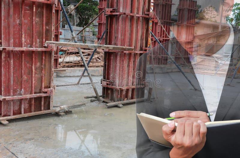 podwójny narażenia pojęcie biznesmen z rekrutacją z ręki podpisywania dokumentami w budowy miejscu pracy obraz royalty free