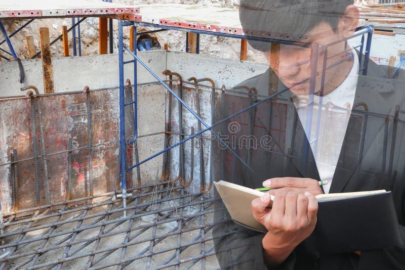 podwójny narażenia pojęcie biznesmen z rekrutacją z ręki podpisywania dokumentami w budowy miejscu pracy fotografia royalty free