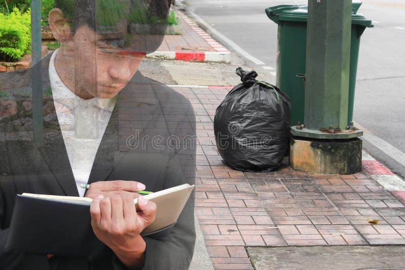 podwójny narażenia pojęcie biznesmen z rekrutacją z ręki podpisywania dokumentami w przemysłu torba na śmiecie czerni w miejsca m fotografia royalty free