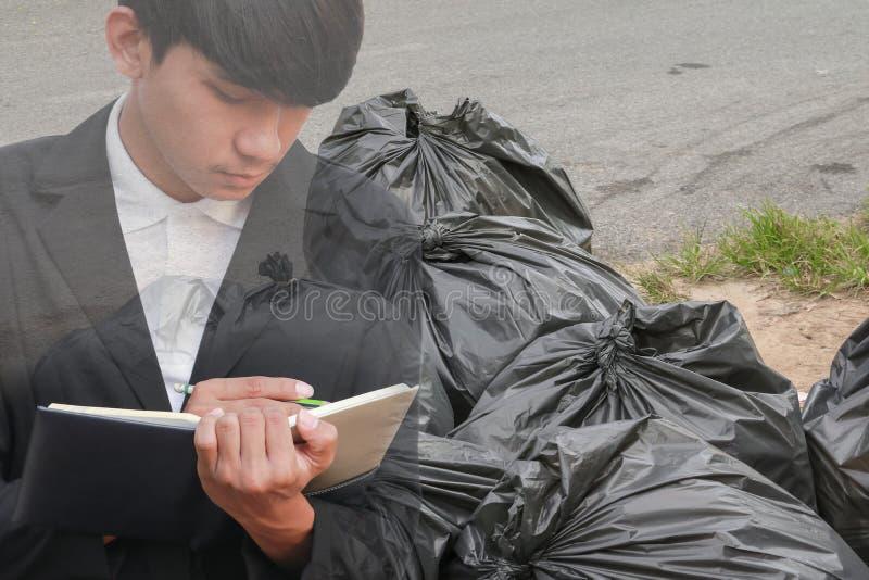 podwójny narażenia pojęcie biznesmen z rekrutacją z ręki podpisywania dokumentami w przemysłu torba na śmiecie czerni w miejsca m obraz stock