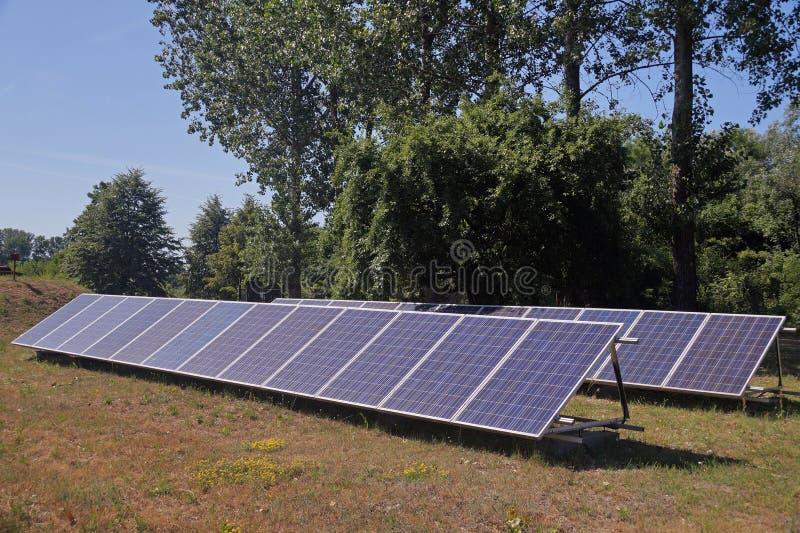 Podwórko mały słoneczny gospodarstwo rolne Bezpłatna energia od słońca zdjęcia stock