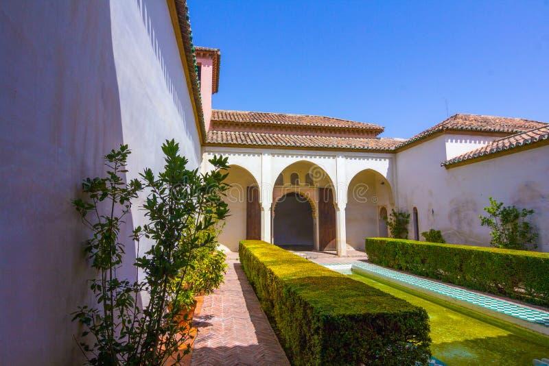 Podwórza i ogródy sławny pałac Alcazaba w M obrazy royalty free