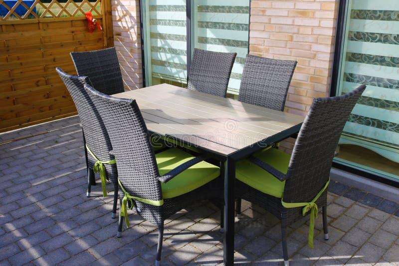 podwórze dom plenerowy Stół i krzesło na tarasie zdjęcie stock