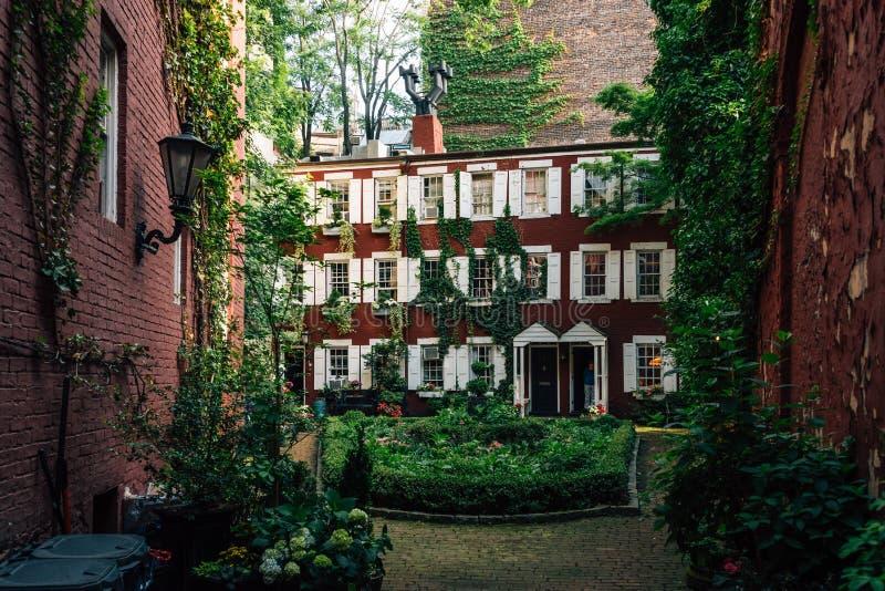 Podwórze i domy w west village, Manhattan, Miasto Nowy Jork zdjęcie stock