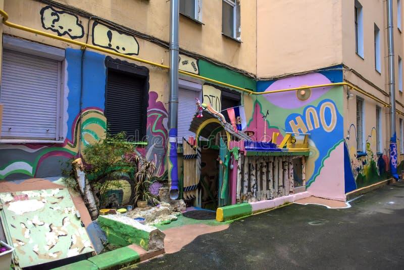 Podwórze mieszkanie dom z graffiti, St Petersburg, Rosja obraz stock
