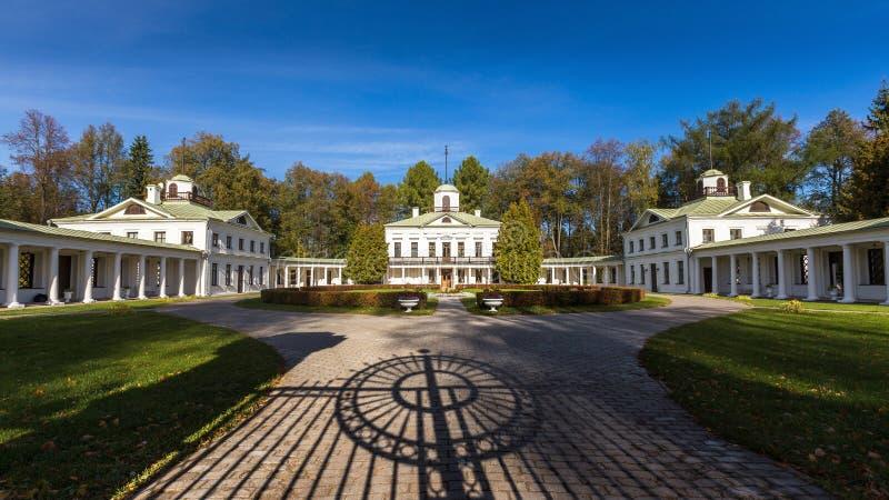 Podwórze rezydencja ziemska Serendnikovo z cieniem od bramy w przedpolu obrazy royalty free