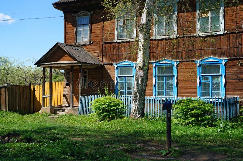 Podwórze stary drewniany dom z ganeczkiem, brzozy drzewo, uliczny standpipe fotografia stock
