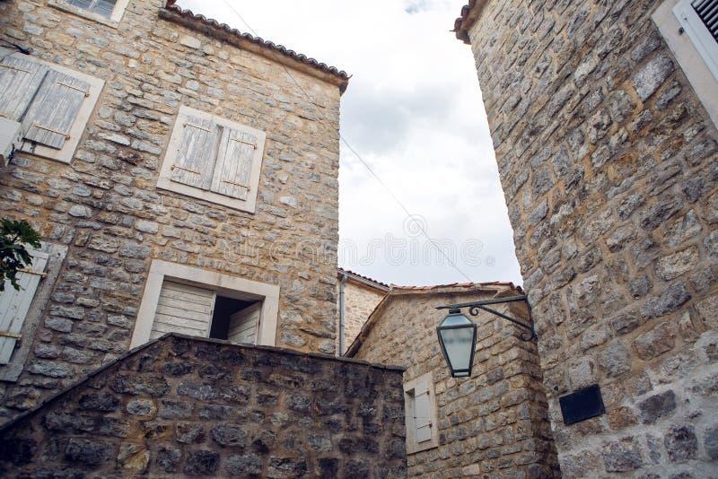Podwórze stary miasteczko w Budva zdjęcia royalty free