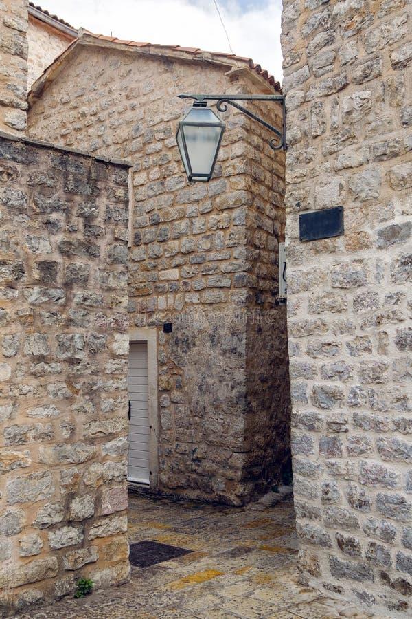 Podwórze stary miasteczko w Budva fotografia royalty free