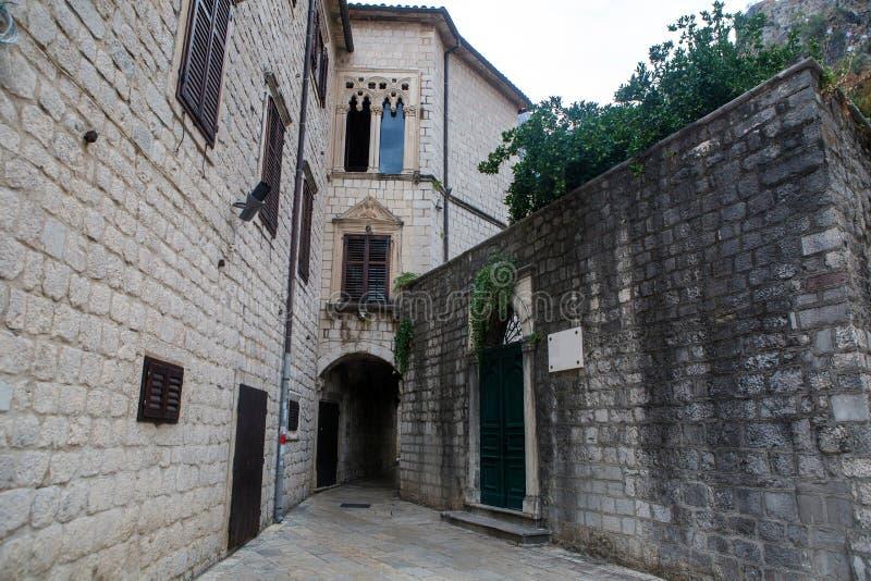 Podwórze stary miasteczko w Kotor fotografia stock