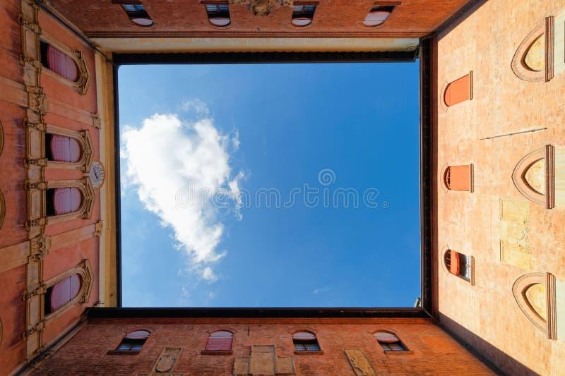 Podwórze w Królewskiej Hiszpańskiej szkole wyższa przy uniwersytetem Bologna obrazy stock