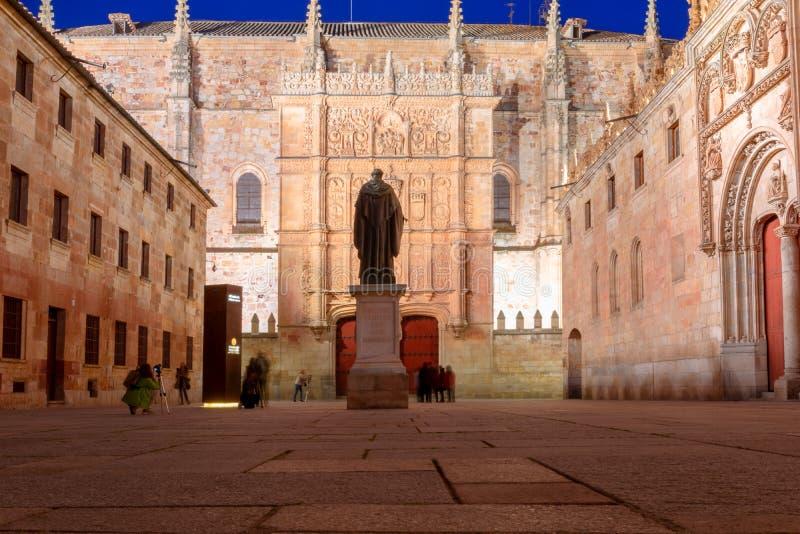 Podwórze ważne szkoły z statuą burda Luis de Leon i stary uniwersytet Salamanca fasada, zdjęcie stock