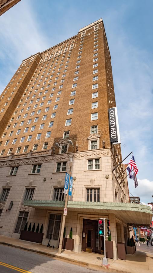 Podwórzowy hotel w St Louis śródmieściu - ST LOUIS, usa - CZERWIEC 19, 2019 obraz royalty free