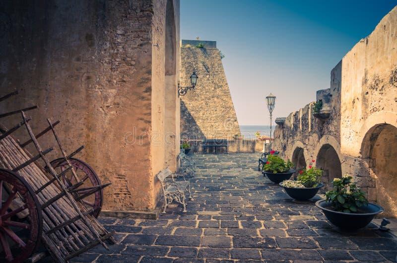 Podwórzowy stary średniowieczny grodowy Castello Ruffo, cebulica, Włochy zdjęcia royalty free
