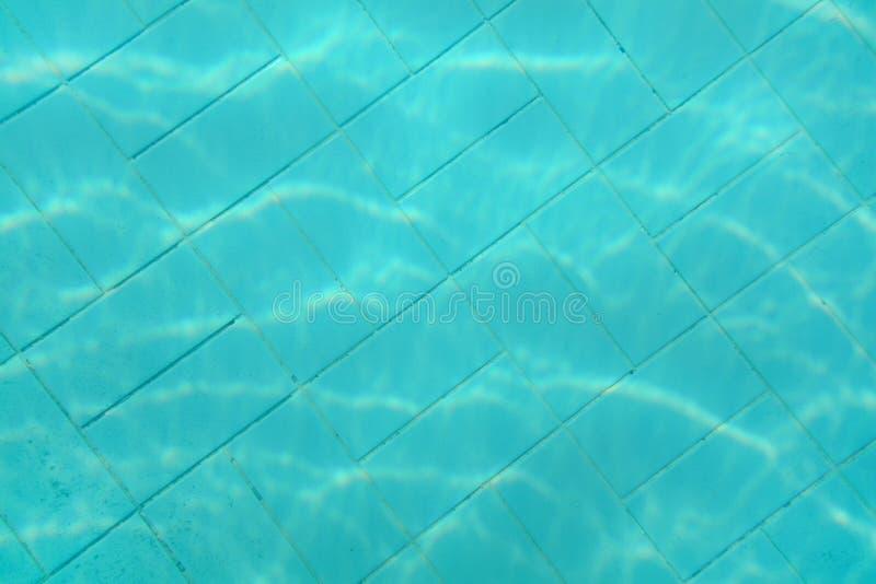 Podwodna fotografia - stary basenu dno Błękitny płytka wzór widoczny na podłodze tło abstrakcyjna wody zdjęcia royalty free