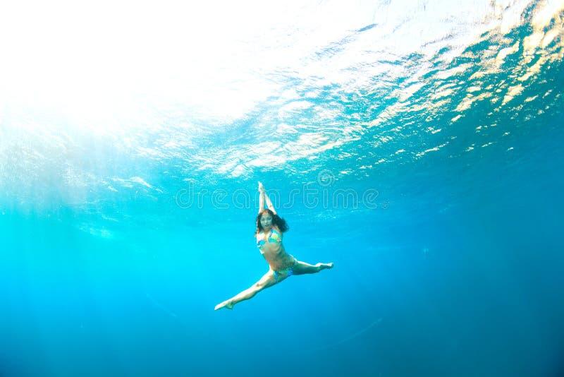 Podwodny doskakiwanie zdjęcia royalty free