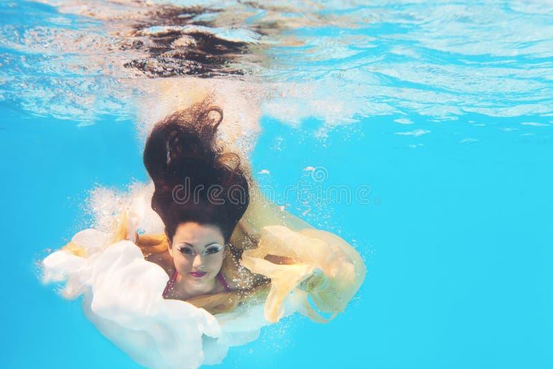 Podwodny kobiety zakończenie w górę portreta zdjęcia stock